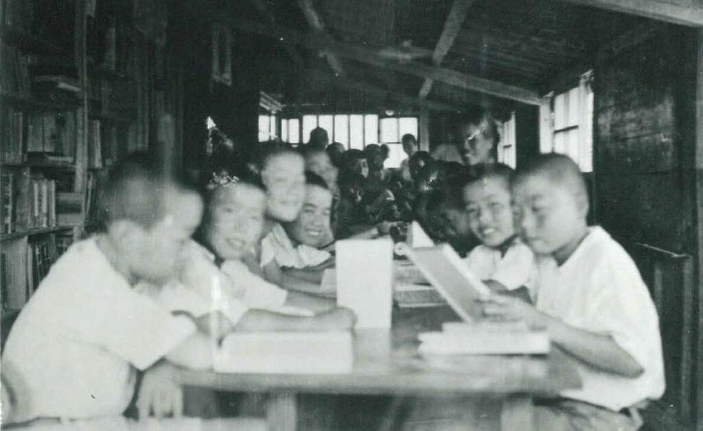 最初の塾舎(9坪)で学ぶ塾生たち