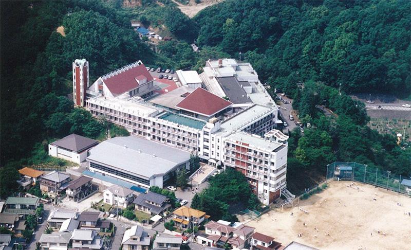 赤い屋根のチャペルと聳え立つ鐘楼がシンボルとなった学園全景(1991年)