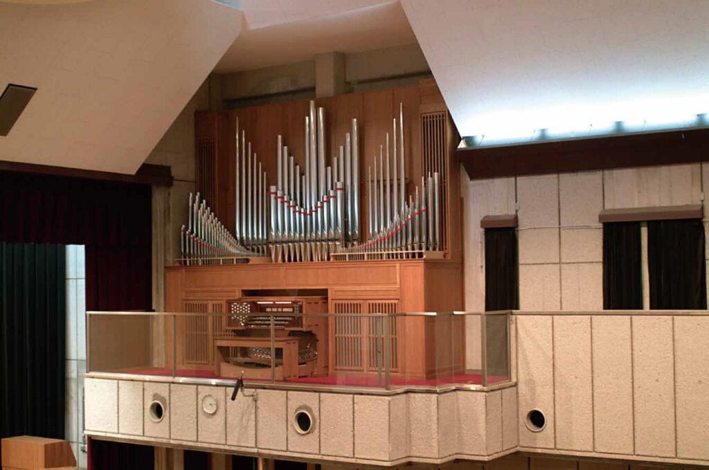チャペルに念願のパイプオルガンを設置(2001年)