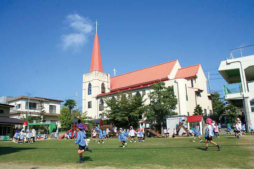 芝生の園庭が美しい清教学園幼稚園 (中央の建物:河内長野教会)